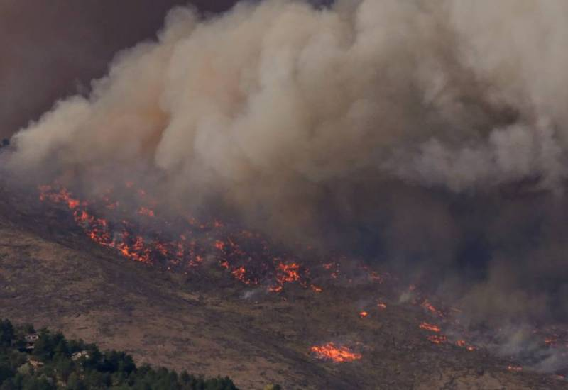 Image of smoke rising from Calwood Fire as it nears a neighborhood in Boulder County on October 17, 2020. Credit: Malachi Brooks