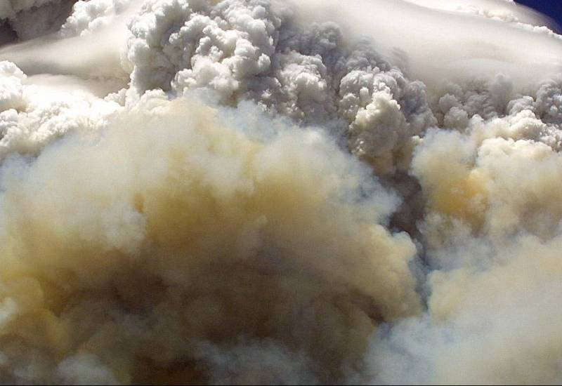 A towering cloud of smoke billows in the Willow Fire near Payson, Arizona on July 8, 2004.